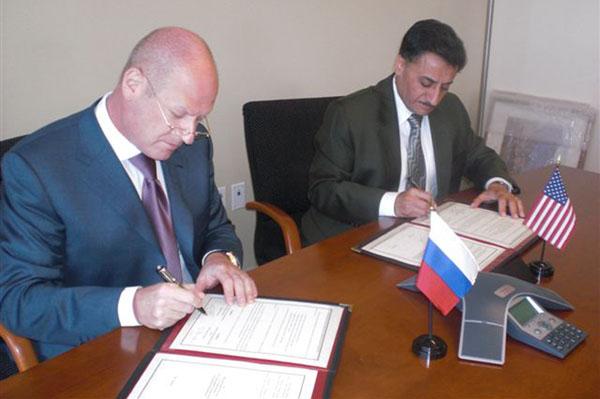 Signing the MoU: ANSI President and CEO S. Joe Bhatia and Russia Federal Agency on Technical Regulating and Metrology Head Grigory Elkin